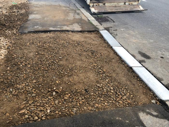 歩道切り下げ工事。路盤材転圧