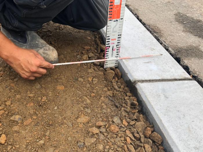 縁石切り下げ工事。路盤3㎝計測