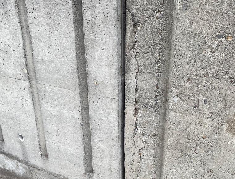 ひび割れした擁壁、側面部分の写真