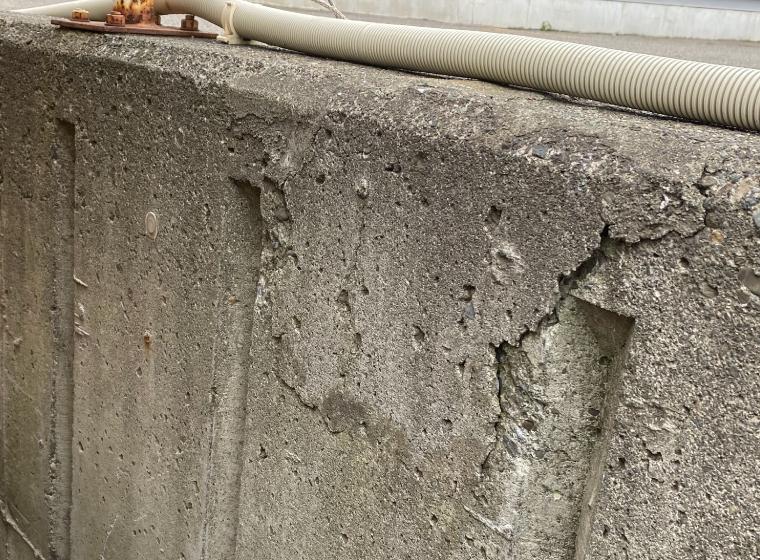 擁壁のひび割れ写真。