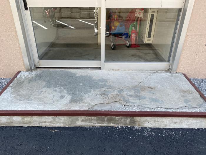 マンション入り口の土間コンクリート部分の写真(施工前)