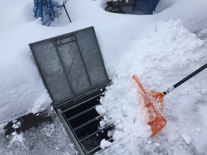 東区O様邸。融雪槽に雪を投げ入れている写真