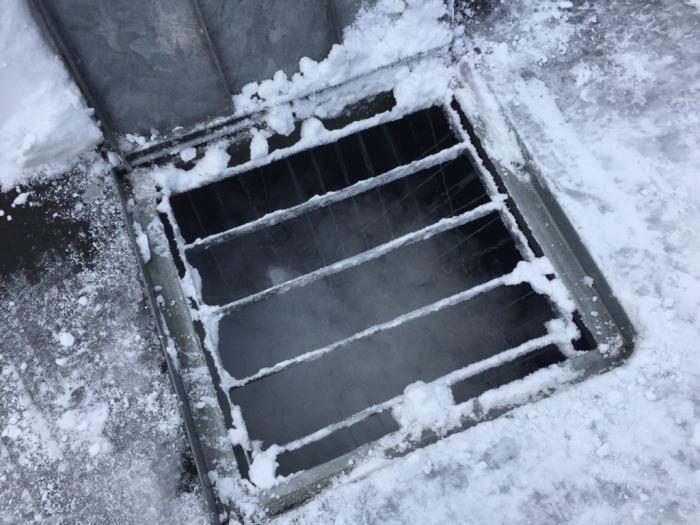 東区O様邸。融雪槽の地下水をポンプでくみ上げ雪を融かしているしている写真