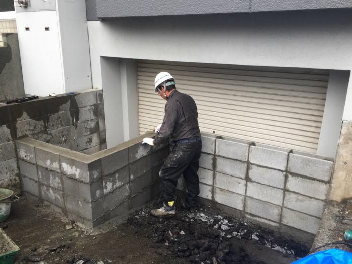 東区T様邸、車庫前にブロック塀を積んでいる様子