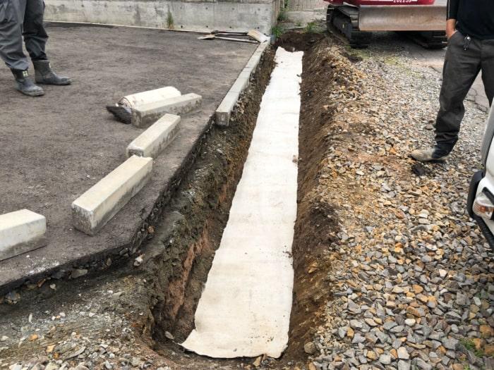 北広島市M様邸陥没復旧アスファルト補修。側溝の上に透水シートを敷設