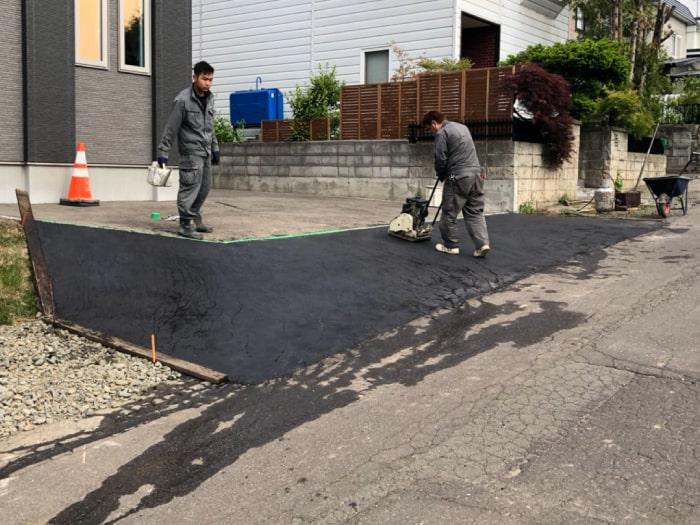 北広島市M様邸陥没復旧アスファルト補修。アスファルト舗装の作業風景