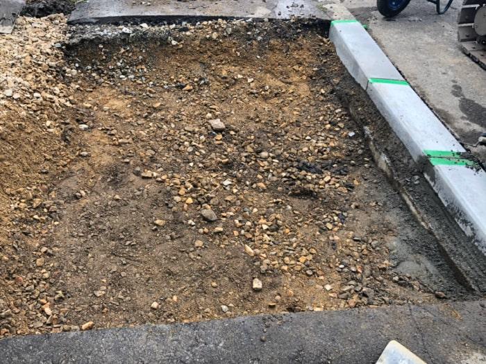 歩道切り下げ工事。掘削して縁石を敷設した写真