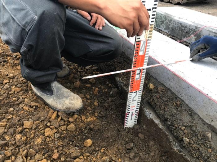 歩道切り下げ工事。路床30㎝計測