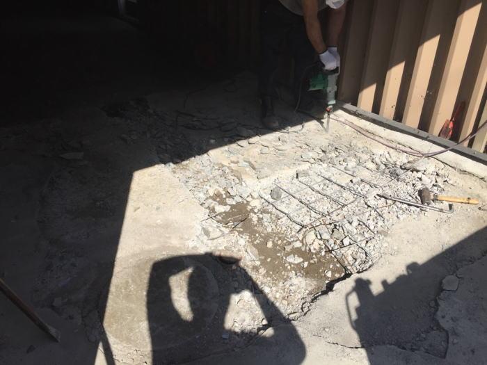 車庫内土間コンクリートを解体