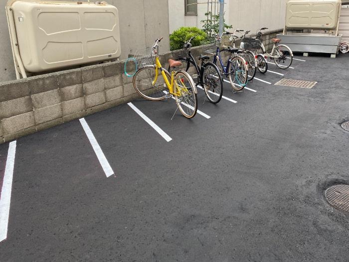 マンション横、駐輪場の舗装完了後に白線を引きました。