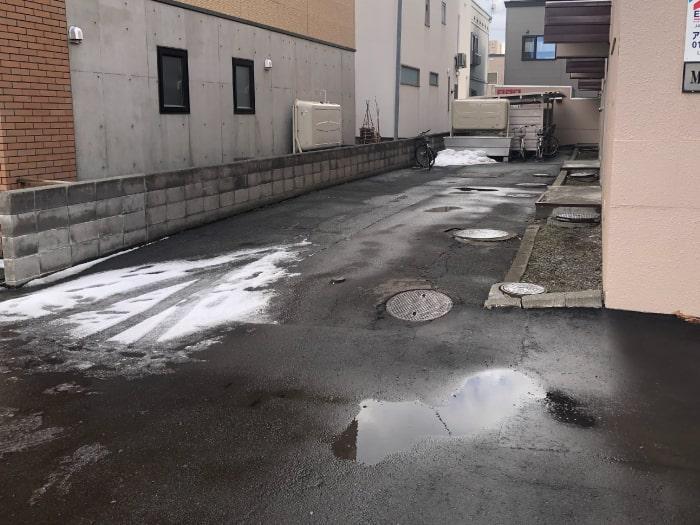 マンション横の駐輪場(改修前)の写真