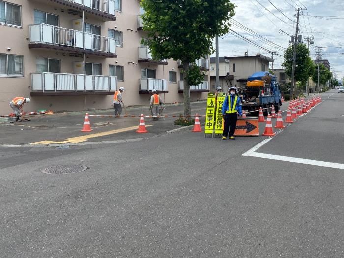 マンション駐車場工事、警備員を配置し片側通行を行っている様子