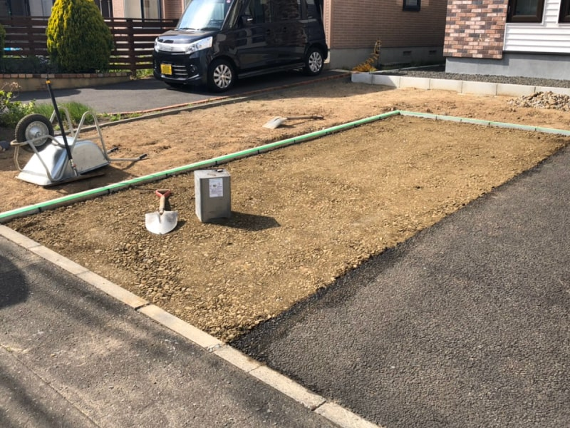 札幌市北区屯田、駐車場増設工事にて路盤生成と民地石敷設が完了した写真