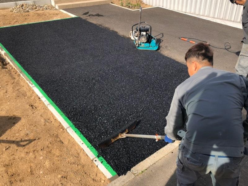 札幌市北区屯田、駐車場増設工事にてアスファルト舗装をしている様子を撮影した写真