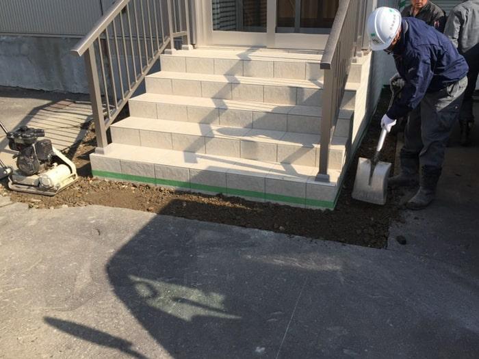 階段改修に伴うアスファルト復旧工事。路養生している様子