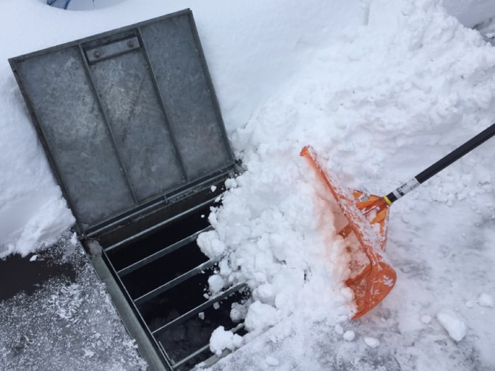地下水くみ上げ式融雪漕に雪を捨てる様子