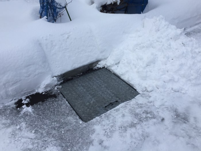 地下水くみ上げ式融雪漕を設置したお庭(冬)