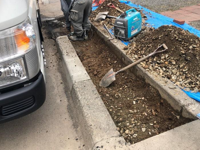 お客様宅前の乗り入れブロック工事、掘削状況の写真