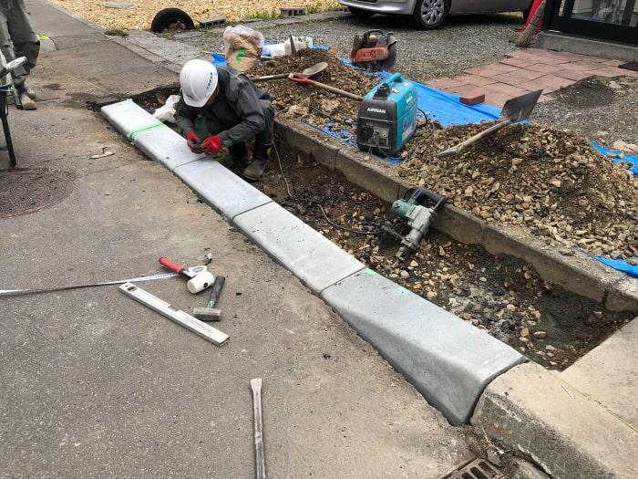 お客様宅前の乗り入れブロック工事、乗り入れブロック敷設