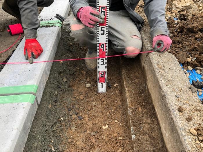 お客様宅前の乗り入れブロック工事、路床厚計測