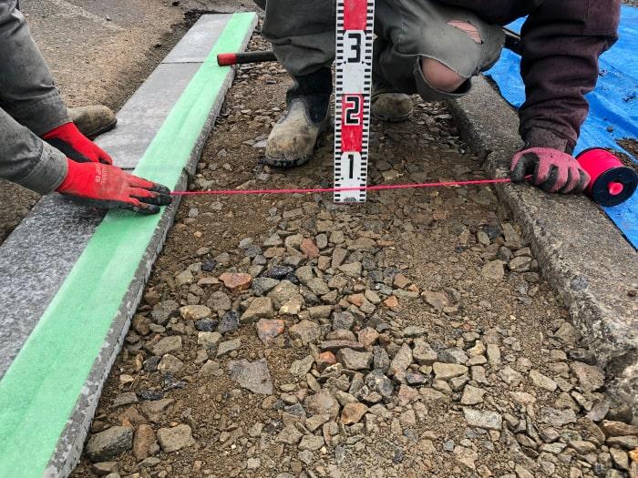 お客様宅前の乗り入れブロック工事、路盤厚計測